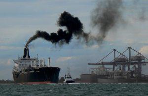 fartyg med rykande skorsten
